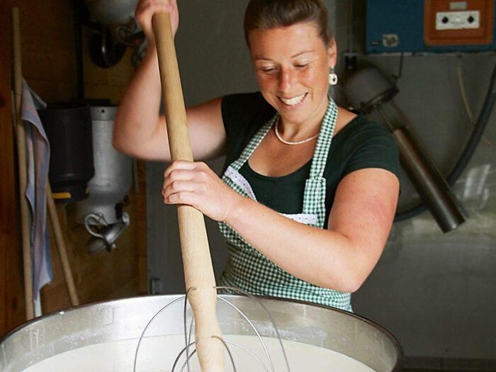 Anja Beilhack bei der Arbeit in der Milchkammer.