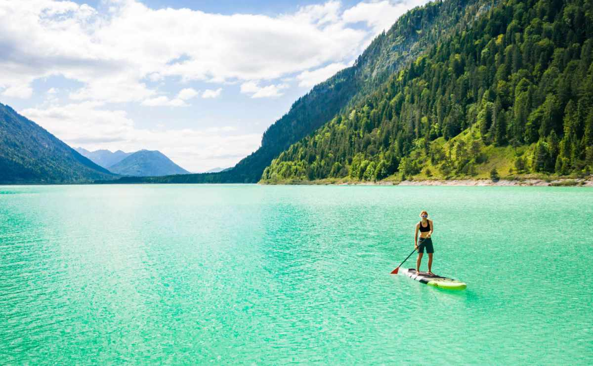 Stand Up Paddling (SUP) auf dem Sylvensteinsee in Oberbayern.