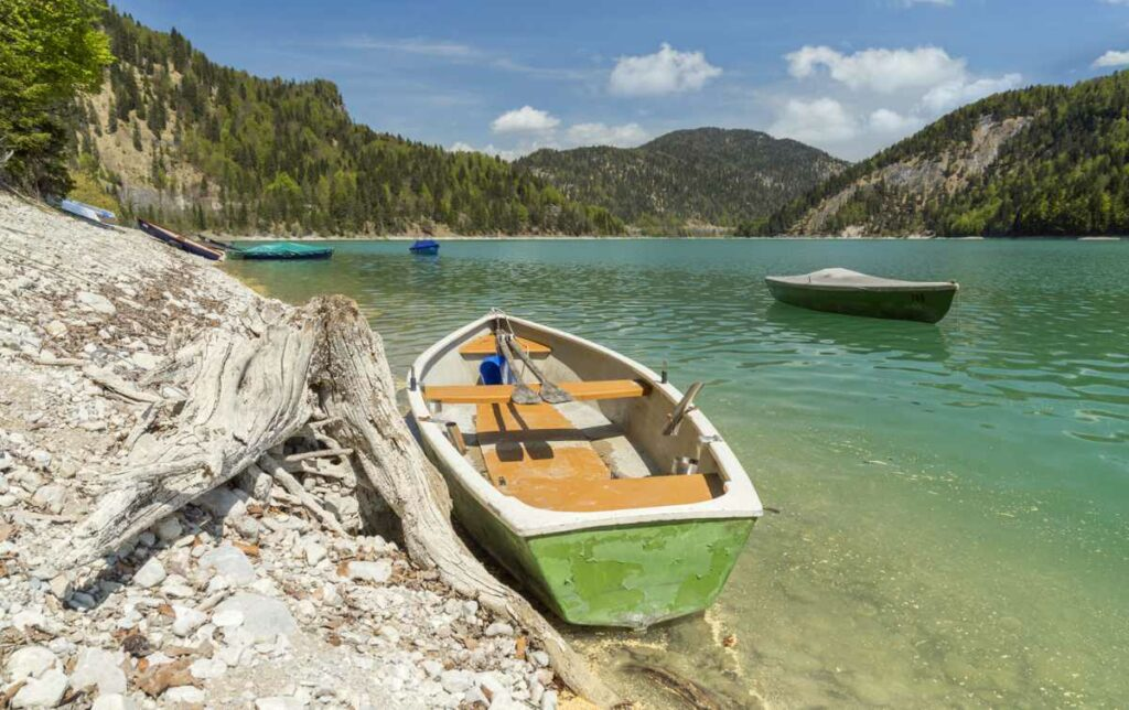 Ruderboote auf dem Sylvensteinsee.