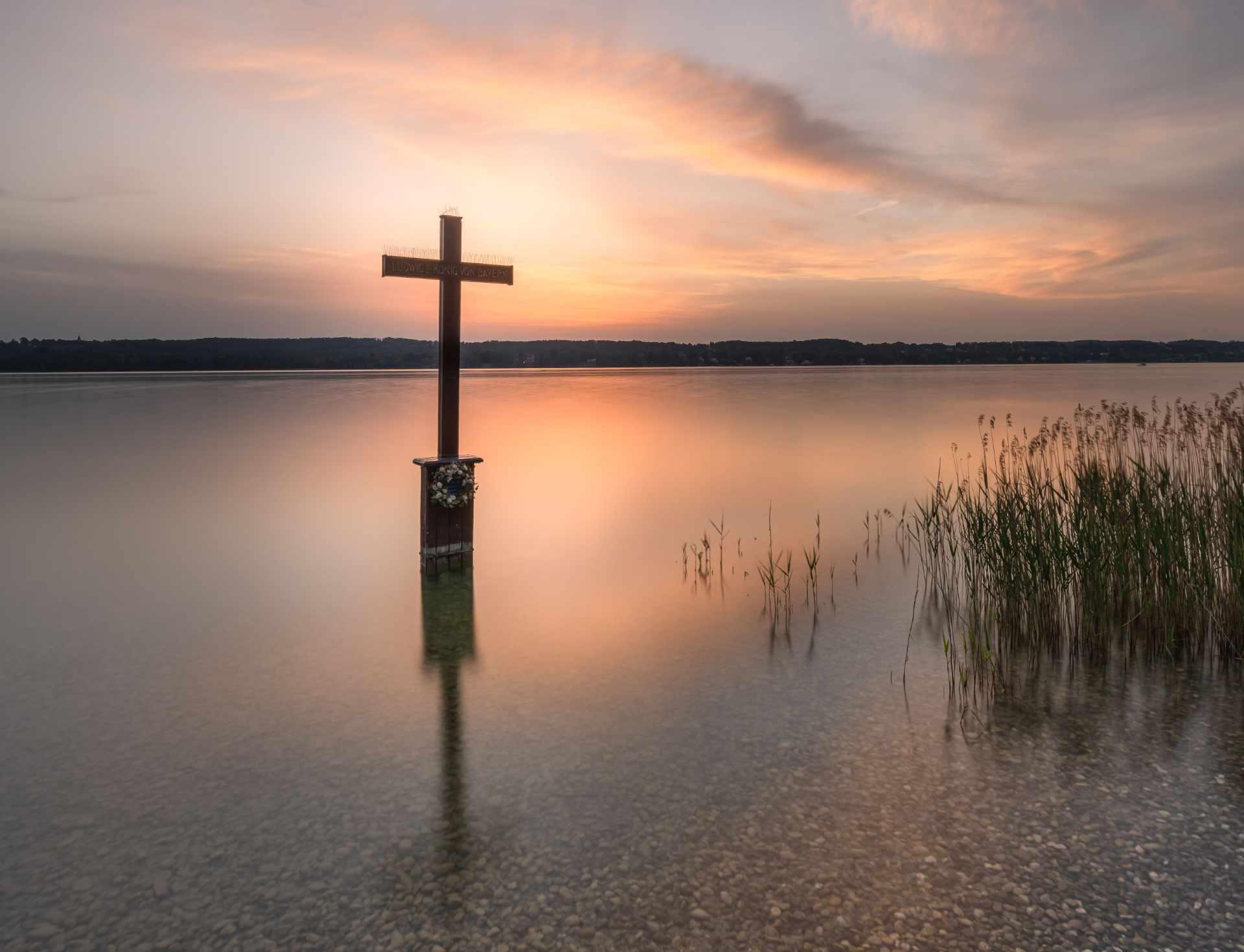 Das Gedenkkreuz für König Ludwig II. im Starnberger See.